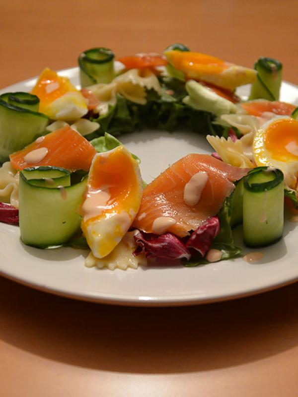 Salad crown with smoked trout